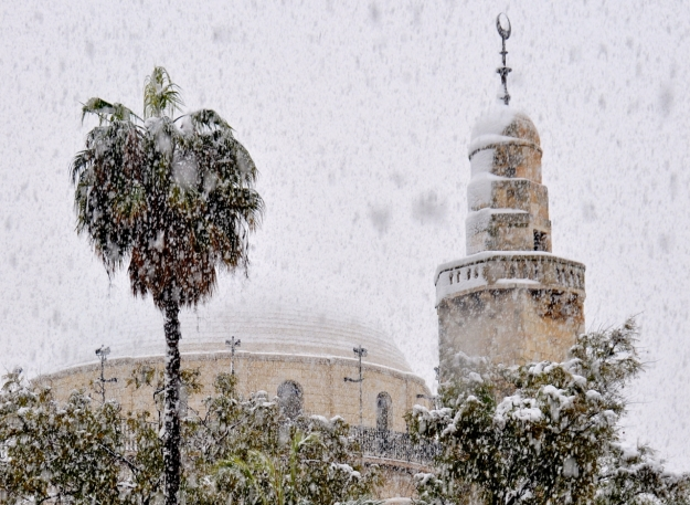 Hurva synagogue w minaret in snow