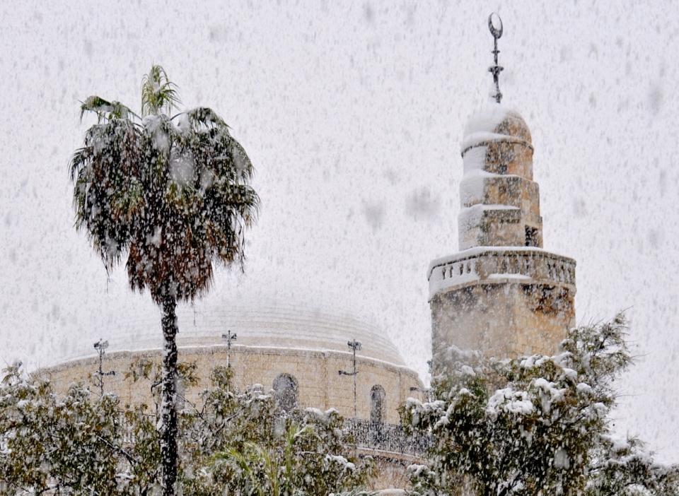 Hurva synagogue w minaret in snow